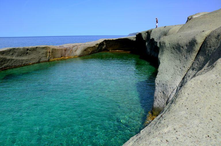 Uno scenario pazzesco da questa piscina naturale in un itinerario in Sardegna ovest